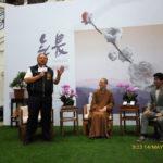 「未來與希望系列講座」記者會現場, 中區總住持覺居法師(左)與代言人講師謝哲青(右)交談。