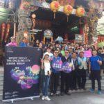 30多位外籍學生參觀廟宇建築藝術,並體驗「博杯」的宮廟文化,跟媽祖、觀音佛祖、註生娘娘祈求平安健康